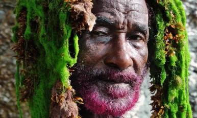 """July 29: LEE SCRATCH PERRY'S VISION OF PARADISE (OmU) (Deutschland, Schweiz, Großbritannien, Jamaika, Äthiopien, 100 Min.) R: Volker Schaner Mit Lee Perry Lee Scratch Perry ist einer der bedeutendsten und einflussreichsten Musiker aller Zeiten - und doch jemand, der immer im Hintergrund seiner weltberühmten Schüler geblieben ist. Er ist der Ziehvater von Bob Marley und gilt als der Erfinder des Reggae und des Dub, zwei Genres, die als Grundlage aller Formen der modernen Tanzmusik angesehen werden. Lee Perry ist auch eine politisch wichtige Figur: nach der Jamaikanischen Unabhängigkeit vom britischen Empire Anfang der 60er Jahre des 20. Jahrhunderts suchte die Insel nach einer neuen kulturellen Identität und Lee Perry war der erste, der den Rastafari-Glauben mit Popmusik verband und mit Bob Marley Reggae zum weltweiten Siegeszug verhalf. Doch diese """"spirituelle Revolution"""" schlug fehl in den Augen Perrys. Reggae wurde kommerzialisiert und seiner ursprünglichen Bedeutung beraubt. Nach dem Tod Bob Marleys brannte er sein legendäres Black Ark-Studio nieder, in dem alles angefangen hatte. Der Filmemacher Volker Schaner begleitete Lee Perry über 15 Jahre, als er von Jamaika nach London und in die Schweiz flüchtete, um dort - in seinem neuen Geheimlabor - neue Wege zu finden, um das Böse in der Welt zu besiegen, mit Hilfe der Musik und der Kunst, die zu allem befähigen. Der Film ist ein intimes und einzigartiges Erlebnis mit diesem legendären sensiblen Künstler, begleitet von den Stimmen international renommierter Musiker. Er zeigt die Geisteswelt Lee Perrys und erzählt mit viel Musik, überraschenden Animationen und Abenteuern eine unglaubliche Geschichte im Stile von """"Yellow Submarine"""", als eine """"Märchen-Dokumentation"""". - OpenAir-Kino """"umsonst&draussen"""" in der Kulturfabrik Moabit 2017 Saison von 2.6.-16.9.17 jeden Fr+Sa um 22 Uhr bzw. wenn es dunkel wird... Der Eintritt ist frei. Bei schlechtem Wetter wird drinnen projiziert. Programm unter filmrausch.de/openair oder 030/"""