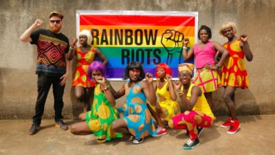 July 26: Being Queer in South Africa // Die südafrikanische Verfassung gilt als eine der fortschrittlichsten der Welt. Sie garantiert allen Südafrikaner*Innen umfassende Menschenrechte, insbesondere auch den Schutz vor Diskriminierung. Doch der rechtliche Schutz vor Gewalt und Ausgrenzung für Menschen, die sich unter der Bezeichnung LGBTIQA wiederfinden, bedeutet in Südafrika - und nicht nur dort - keinen faktischen Schutz. In der Realität sind dies oftmals Weiße Rechte. Gewalt und Diskriminierung erfahren hauptsächlich Schwarze schwule, lesbische oder transgender Menschen. Vor einer queeren steht nach wie vor die schwarze Identität. Die Dekolonisierung der Gesellschaft ist eines der brennendsten Themen in Südafrika. Welche unterschiedlichen Erfahrungen machen Schwarze oder Weiße Menschen mit queerer Identität in Südafrika? Was bedeutet dies für gesellschaftliche Kämpfe? Wie reagiert die Weiße und westlich geprägte LGBTIQA Bewegung? Können sich Menschen überhaupt auf Basis ihrer sexuellen Orientierung emanzipieren ohne einen allgemeinen Kampf gegen Dekolonisierung und Vorherrschaft aufzunehmen? Gäste: Umlilo, Whyt Lyon, Missy Firefly (Stash Crew) aus Südafrika (Mitglieder*Innen des LGBTIQA Künstler*Innen Kollektivs Rainbow Riots) Im Anschluss an die Gesprächsrunde findet ein Konzert von Rainbow Riots statt. Rainbow Riots ist der Titel des kürzlich erschienen LGBTIQA Albums (House of Wallenberg) von queeren Künstler*Innen aus allen Teilen der Welt, welches Homophobie und Transphobie in Afrika aufgreift. Die Diskussion findet in englischer Sprache statt. Mehr: https://www.rosalux.de/veranstaltung/es_detail/JDCNA @ Südblock Berlin, 7pm