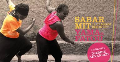 August 25: Sabar ist Tanz, Rhythmus und Lebensgefühl aus dem Senegal. YAMA NDIONE & FATOU DIALLO kommen aus Toubab Dialaw/Senegal. Seit Kindertagen teilen sie ihre Leidenschaft, den Tanz. Von klein auf lernten sie traditionelle und moderne Tanzstile. Später absolvierten sie ihre Ausbildung an der bekannten Tanzschule École de Sable, wo sie bis heute als Mitglieder der Frauen-Tanzkompanie tanzen. Wenn Fatou und Yama gerade nicht mit der Ecole de Sable international auf Tournee sind, unterrichten sie im Kulturzentrum Sobo Badé in ihrer Heimat oder geben Workshops in Europa. Mit viel weiblichem Charme und Professionalität vermitteln Fatou und Yama die Vielfalt des Sabars. Ihre ansteckende Tanz- und Lebensfreude steht dabei im Mittelpunkt. Das Workshop-Programm umfasst die Kurse für Anfänger SABAR BASICS und für Fortgeschrittene SABAR ADVANCED. Im Kurs SABAR FÜR ALLE wird der hier in Berlin selten gespielte Rhythmus Wango getanzt. Neben Sabar gibt es dieses Mal einen Kurs für fortgeschrittene Djembe-Tänzer/innen DJEMBE ADVANCED. An den Trommeln: Yoro & Badou Mbaye Einzelkurs DJEMBE ADVANCED FR 18.30–20.00 SABAR FÜR ALLE (Wango) FR 20.30–22.00 je 25€/30€* Kurs A: SABAR BASICS SA 13.00–15.30 / SO 15.00–17.30 70€/80€* Kurs B: SABAR ADVANCED SA 16.00–18.30 / SO 12.00–14.30 70€/80€* *Early Bird Tarif bei Anmeldung bis 07.08.2017 Begrenzte Teilnehmerzahl – zügig anmelden! Bei Fragen bitte fragen. maja-chris@gmx.de @ Phynix Tanzt