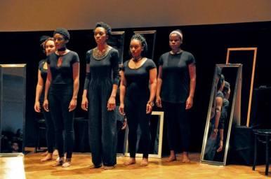 February 8-10: Mirror, Mirror // PERFORMANCE Von The Soul Sisters Mirror, Mirror - sechs Schwarze Frauen haben die Kontrolle über ihre Geschichten und ihre Ausdrucksformen. Basierend auf dem Beginn eines Theaterstücks von Christine Seraphin, ist diese Inszenierung zu einer kollektiven Arbeit geworden, die von den Erinnerungen und Erfahrungen der Soul Sisters Community inspiriert ist. Mirror, Mirror sammelt Wissen und Gedanken von Schwarzen Frauen, die sich entschieden haben, bewusst mit ihren Identitäten umzugehen und Raum dafür einzufordern. Indem die Inszenierung unterdrückte und marginalisierte Stimmen in den Vordergrund rückt, betont das Stück die heilende Wirkung des Erzählens der eigenen Geschichte. Die Soul Sisters sind ein Berliner Kollektiv Schwarzer Frauen, das sich für die Dekolonisierung und das Empowerment Schwarzen weiblichen Bewusstseins auf lokaler und internationaler Ebene einsetzt. Projektleitung: Cienna Davis, Christine Seraphin (Christine Sera), Nasheeka Nedsreal Performerinnen: Cienna Davis, Veronica Ludwig, Rebaone Mangope, MelodyMakeda, Nasheeka Nedsreal, Christine Seraphine Eine Produktion von Kultursprünge im Ballhaus Naunynstraße gemeinnützige GmbH. Erstproduktion im Rahmen des Festivals Republik Repair, gefördert aus Mitteln des Landes Berlin, Senatsverwaltung für Kultur und Europa und aus Mitteln der Bundeszentrale für politische Bildung. ©Wagner Carvalho