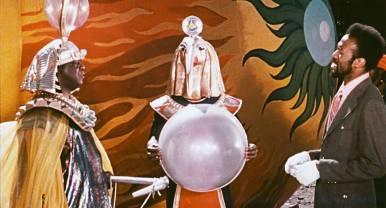 January 13: Sun Ra - Space is the Place 1974 (engl. OmU) // Im Kalifornien der 70er Jahre träumt ein Mann von einer besseren Zukunft für die schwarze Bevölkerung der Vereinigten Staaten: Musik-Prophet Sun Ra (gespielt von Sun Ra), der viele Jahre durch das Weltall und verschiedene Zeitdimensionen reiste, ist nach seiner Rückkehr auf die Erde bereit, seine Botschaft zu verkünden. Die Erlösung der Unterdrückten will er nicht etwa durch politische Reden erreichen, sondern durch die Macht der Musik, die er als intergalaktisches Medium der Friedensstiftung sieht. Er will einige Auserwählte in seinem Raumschiff mit ins All nehmen, um sie vor der Diskriminierung und Gewalt auf der Erde zu bewahren. Doch die NASA kommt Sun Ras geheimer Agenda auf die Schliche und will, genau wie der mysteriöse Overseer (Raymond Johnson), den Abflug der Rakete verhindern. Doch Ra gibt nicht auf, auch nicht, als er entführt wird: Jazz soll die Menschheit retten. USA 1974, R: John Coney, D: Sun Ra, Barbara Deloney u.a., 85 min. @ City Kino Wedding